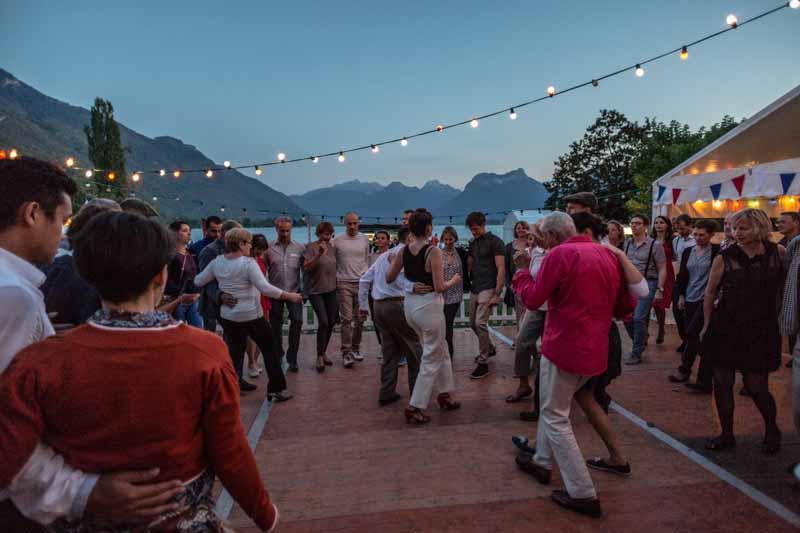 La Résistance propose de revisiter le concept de la Guinguette au bord du Lac d'Annecy. Une tenue rétro est suggérée, puisque nous décidons de vous transporter au temps de Renoir et Monet.